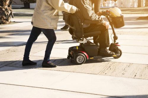 zložljiv invalidski voziček