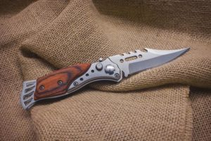 V ponudbi vojaških trgovin so gotovo tudi raznovrstni noži